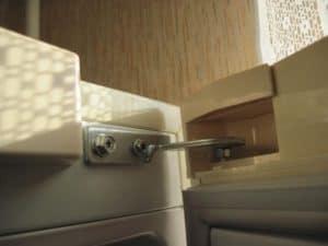 Какой ремонт потребуется, если плохо закрывается дверка